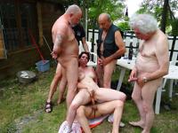 Vieux pervers pour brunette en chaleur