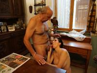 Vieux patron baise la bonne