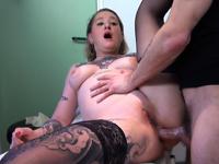 Poseuse de piercing enculée à ras