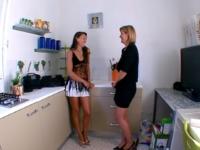 On test les trous du cul de deux bonnes mères au foyer BCBG ! (vidéo exclusive)