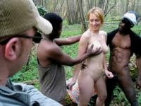 Ballade dominicale: Madame va se faire enculer dans les bois sous le regard de son mari !