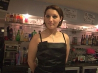 La jeune patronne de bar paie sa tournée … avec son cul ! (vidéo exclusive)