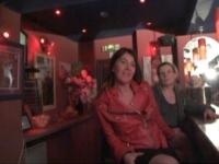 Angéline et Elisa, mères au foyer, découvrent une boîte à cul! (vidéo exclusive)