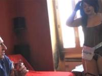 A 19 ans elle joue la soubrette cochonne et soumise pour notre plus grand plaisir ! (vidéo exclusive)