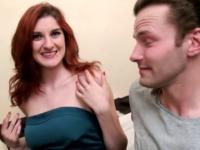 Son copain nous l'amène pour qu'on lui crame le cul à la bougie avant de se la faire tourner ! (vidéo exclusive)