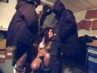 Fadila, beurette du 93, gang-banguée dans une cave pour du fric.