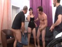 Will offre sa copine, la belle Mae, 21 ans, pour un gang bang entre potes.