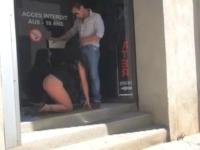 INDECENT : mère de famille soumise offerte à baiser aux clients d'un sexshop à Nîmes ! (vidéo exclusive)