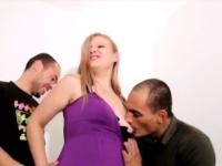 Mélanie, petite chienne bretonne de 20ans vient baiser deux mecs pour faire chier son ex