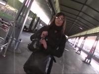 Jolie brunette à lunettes, Lou, chopée dès la sortie du train !