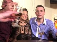 Gina, stripteaseuse à Paris, se fait déboîter devant son copain! (vidéo exclusive)