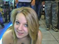 Jessica, 19 ans, offerte comme vide-couilles aux clients d'un sexshop à Nimes ! (vidéo exclusive)