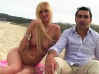 Bourgeoise tropézienne emmenée par son mari dans les dunes ! (vidéo exclusive)