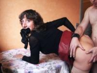Un mari prêteur nous offre sa charmante épouse pour une leçon de sodomie