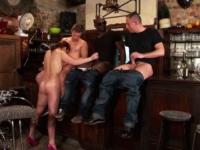 Une comédienne de théâtre gang-banguée dans un café parisien ! (vidéo exclusive)