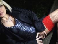 Sandrine en mode ultra salope s'offre un gang-bang chez un fan!