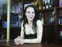 Barmaid dans un club libertin à Orléans elle nous invite à y boire un verre … (vidéo exclusive)