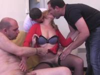 Leeloo offre à baiser à ses potes une institutrice de Toulon, timide, poilue et drôlement bonne ! (vidéo exclusive)
