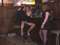 le Freaky Bar à Paris : William dévergonde une épouse en manque à l'aide d'une copine ! (vidéo exclusive)
