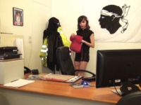 A 18 ans, c'est son patron qui nous l'offre à baiser à son bureau ! (vidéo exclusive)