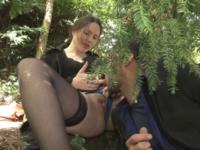 Rachelle, bourgeoise à la chatte poilue baisée en forêt ! (vidéo exclusive)