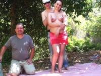 Enceinte de 3 mois, elle se fait enculer en forêt par des inconnus devant son mari ! (vidéo exclusive)