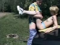 Vacancière baisée dans un champs par un pervers du coin*