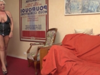 Joyce, animatrice de téléphone rose au 105D généreux nous offre son cul! (vidéo exclusive)