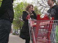 Exceptionnel : casting sauvage sur un parking de supermarché : Sophia, 40 ans, sage mère de famille, craque !!! (vidéo exclusive)