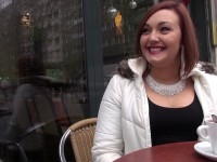 Lili, 25 ans, travaille dans le tourisme à Montpellier et nous offre une visite très privée ! (vidéo exclusive)