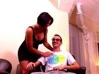 Caro, 40 ans, la bonne épouse qui accepte de s'offrir à un puceau de geek ! (vidéo exclusive)