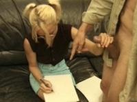 Jeune étudiante à lunettes baisée par son prof de dessin