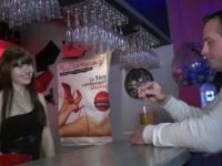 Luna offerte aux clients au club Le Faisy Love ! (vidéo exclusive)