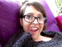 Jeune petite salope à lunettes veut nous prouver qu'elle est bonne ! (vidéo exclusive)