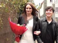 Marie accepte de se faire enculer par une jeune fan, love d'elle ! (vidéo exclusive)