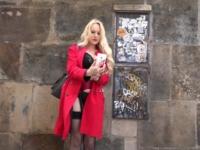 La blonde aux plus gros nichons du quartier ! (vidéo exclusive)