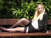 Petite blondinette offerte pour la 1ère fois à 2 blacks TBM ! (vidéo exclusive)