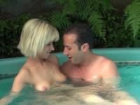 Brtitney, jeune blonde naturelle, fait tout pour lui plaire ! (vidéo exclusive)