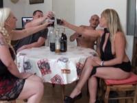 Un jeu pervers mère et fille avec 2 blondes orgasmiques ! (vidéo exclusive)