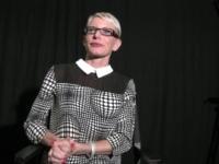 On réalise le fantasme de Mia, blonde cougar, en lui offrant un fan à sodomiser ! (vidéo exclusive)
