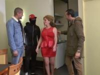 Elisabeth, quarantenaire bobo, nous offre son employée de maison ! (vidéo exclusive)