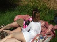 Célia et Manon, 2 copines de 18 ans, s'offrent à 3 lascards dans les champs ! (vidéo exclusive)