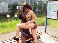 Vanille se tape un inconnu sur un quai de gare de banlieue!