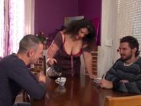 Scandale en Normandie : on baise Sophie à la chaîne dans sa salle à manger puis sa chambre à coucher ! (vidéo exclusive)