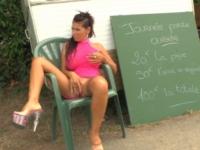 Caro, MILF aux gros seins, prend 50 balles pour se faire enculer ! (vidéo exclusive)