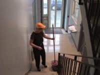 Enorme: On a baiser la concierge dans une cage d'escalier ! (vidéo exclusive)