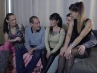 Petite partouze entre amis pour Lolita et Lola  (vidéo exclusive)