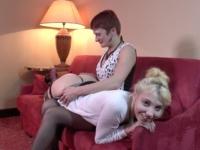 Kimber, petite blondinette à l'anus serré, démontée par Emeline et 2 fans ! (vidéo exclusive)