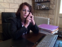 Lyna , cougar de 47 ans, s'accorde une pause sexe !  (vidéo exclusive)
