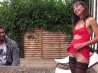Lily en double devant son mari qui immortalise avec son téléphone !  (vidéo exclusive)